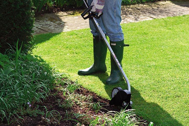 Choisir les bons outils pour la pelouse: coupe-bordures, coupe-bordure et plus