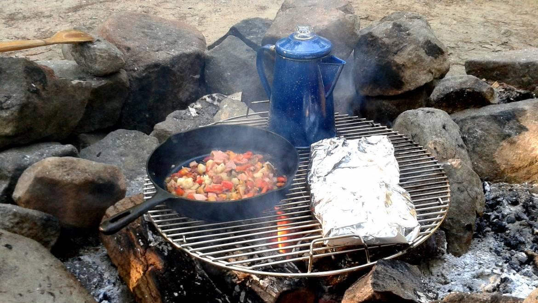 10 bonnes recettes de camping pour les feux de camp et les fours hollandais