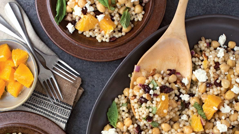 Salade de couscous aux pois chiches, feta, canneberges