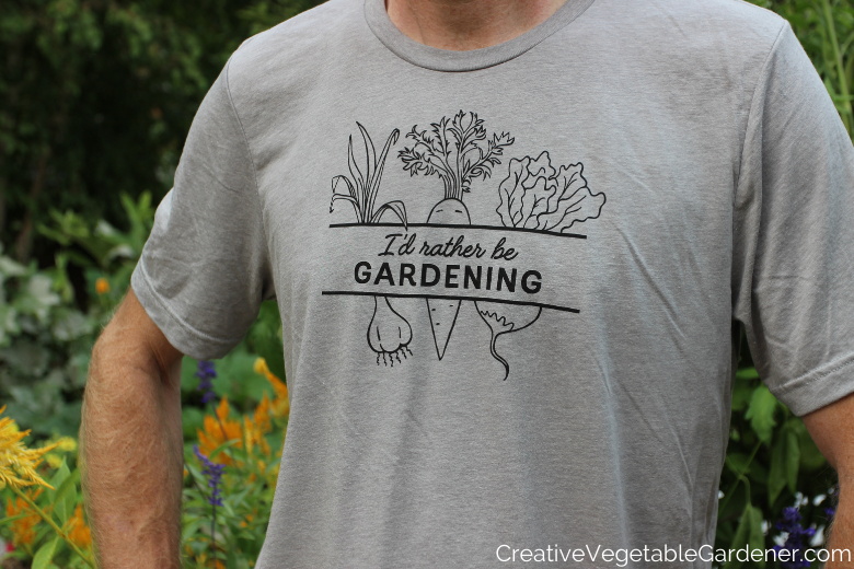 homme en t-shirt de jardinage