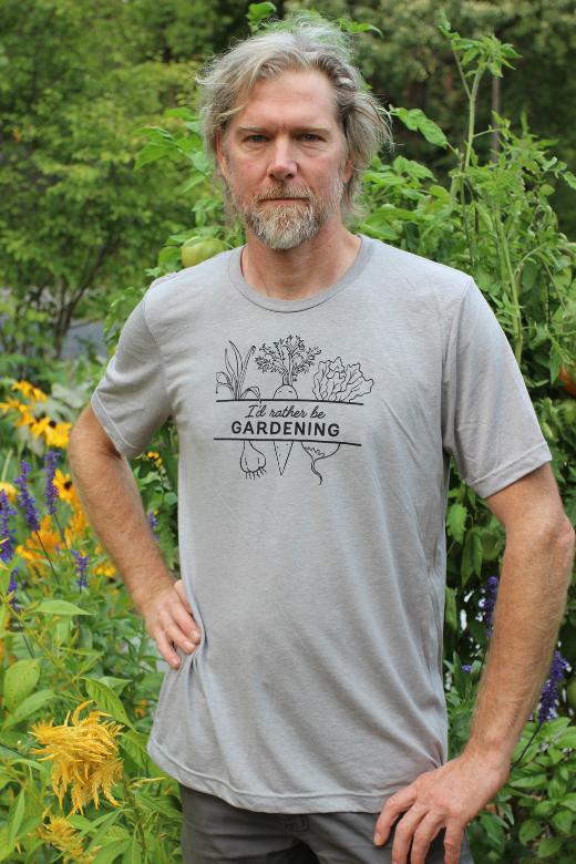 Homme en chemise de jardinage