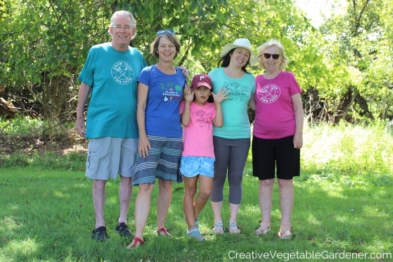 famille avec chemises de jardinage