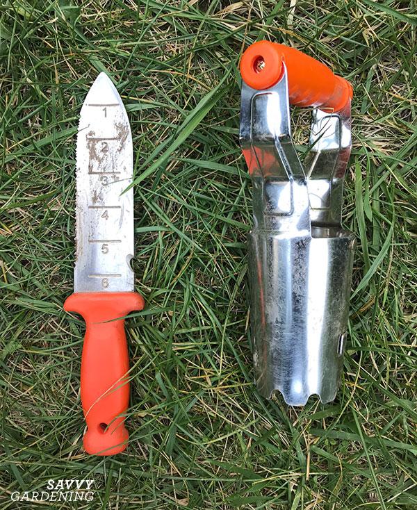 Mon couteau de sol AM Leonard et mon planteur de bulbes - deux de mes outils d'automne les plus essentiels.