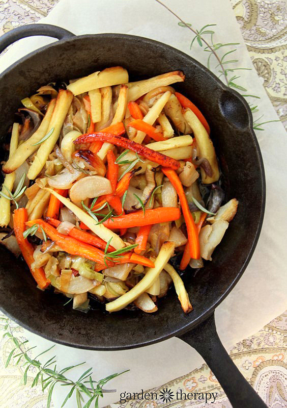 recette de légumes racines rôtis comme plat d'accompagnement de légumes