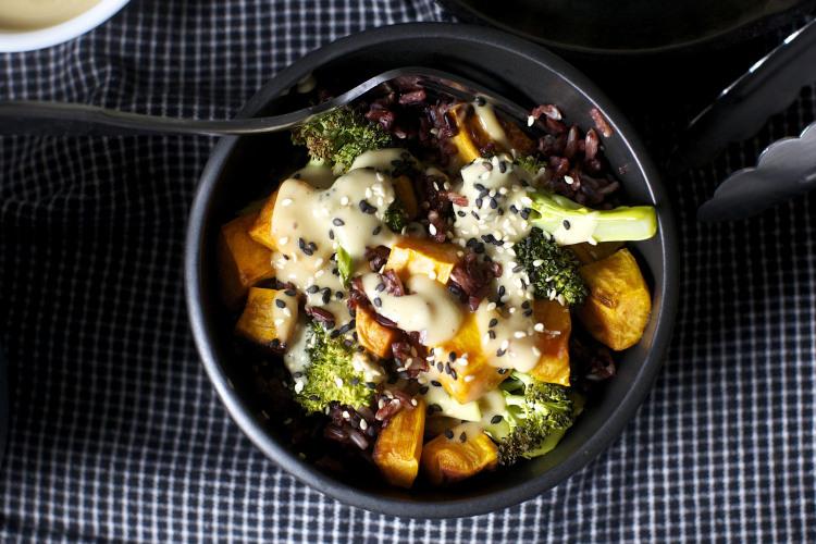 Bol de brocoli aux patates douces miso cuisine frappée plats d'accompagnement végétariens simples