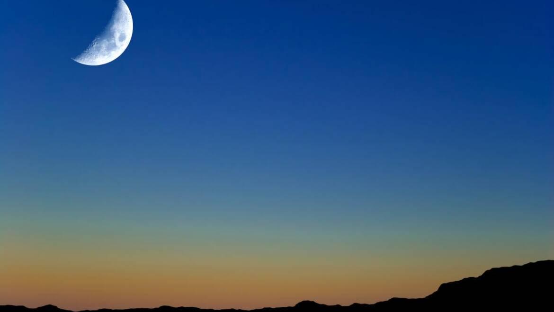 La lune vole haut sur l'équinoxe