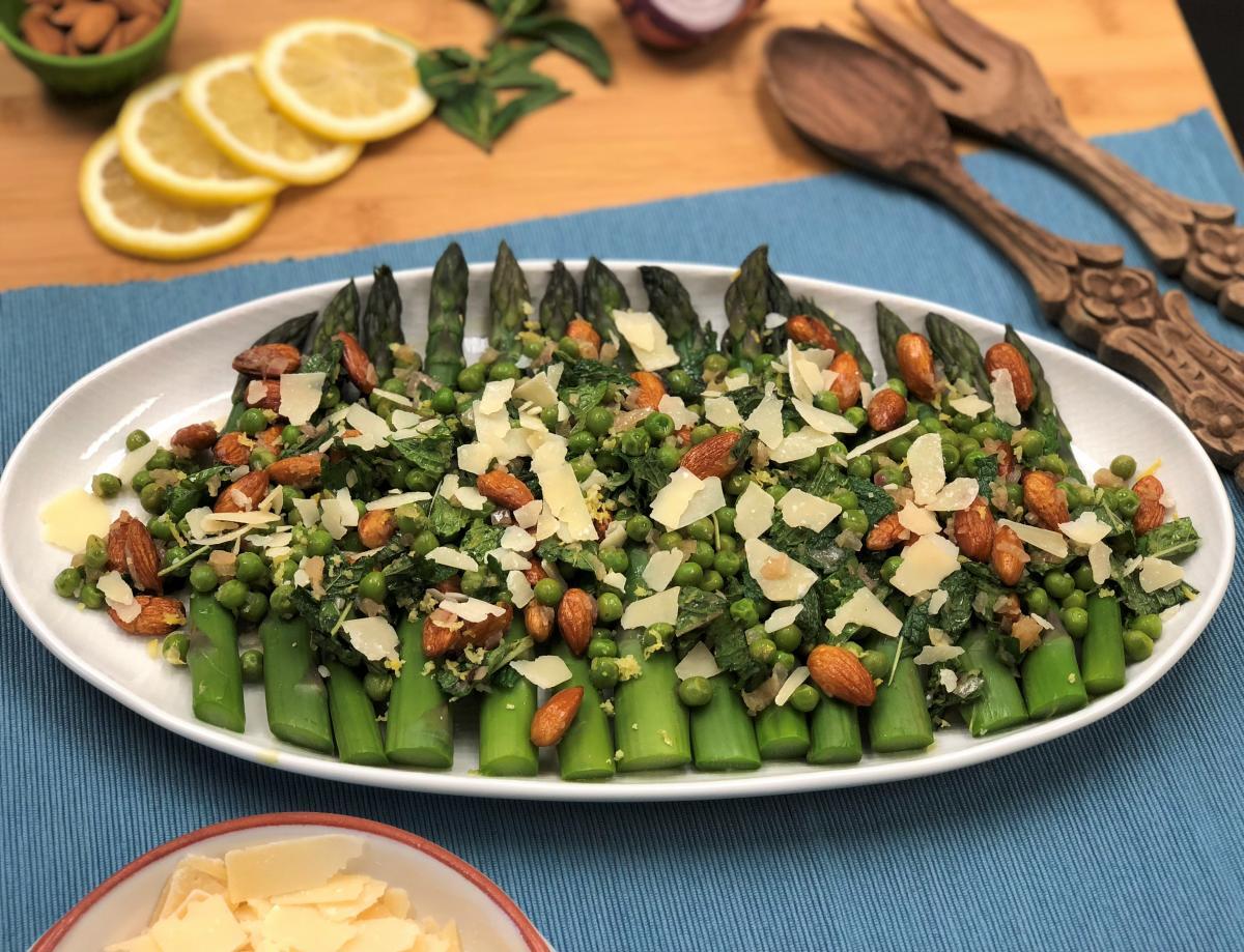 Recette de salade d'asperges citronnées et de pois de printemps avec amandes rôties