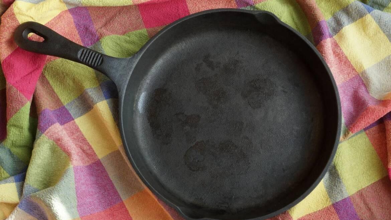 Comment nettoyer et assaisonner facilement une poêle en fonte