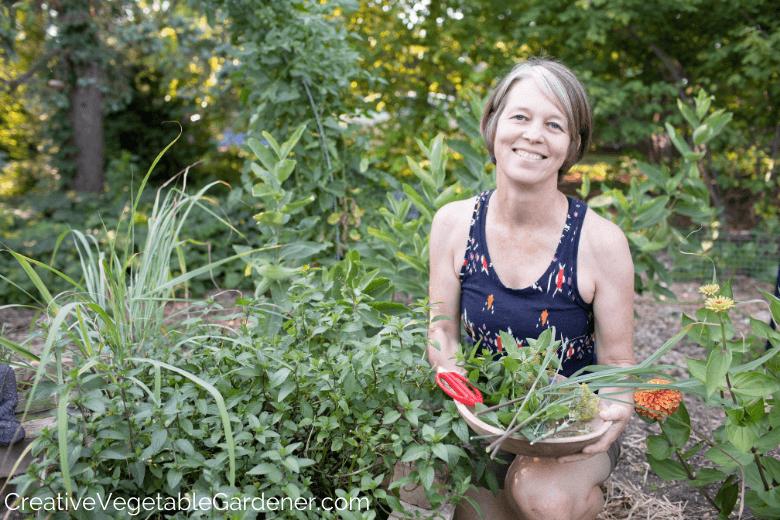 femme récolte des herbes du jardin