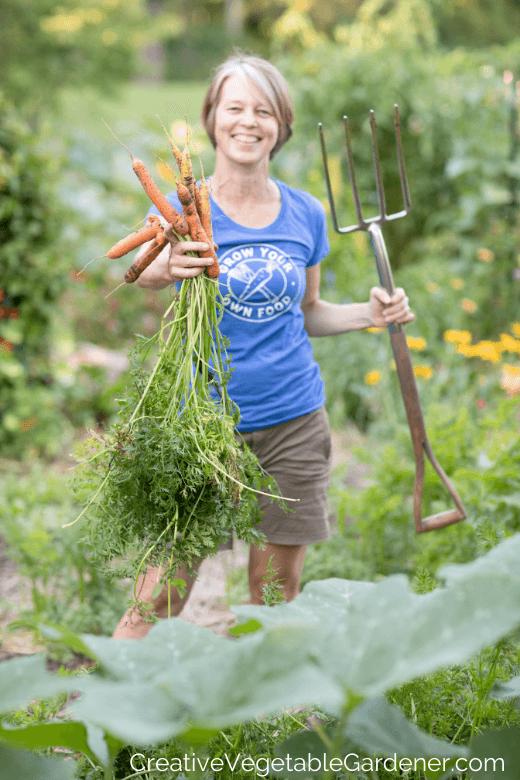 femme, récolte, carottes, depuis, jardin