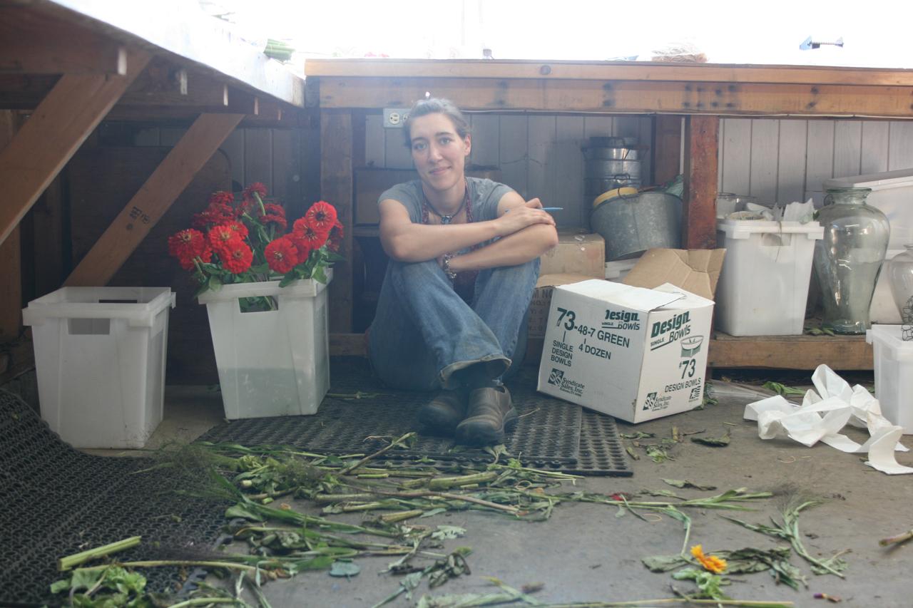 Erin Benzakein est assise par terre dans son studio