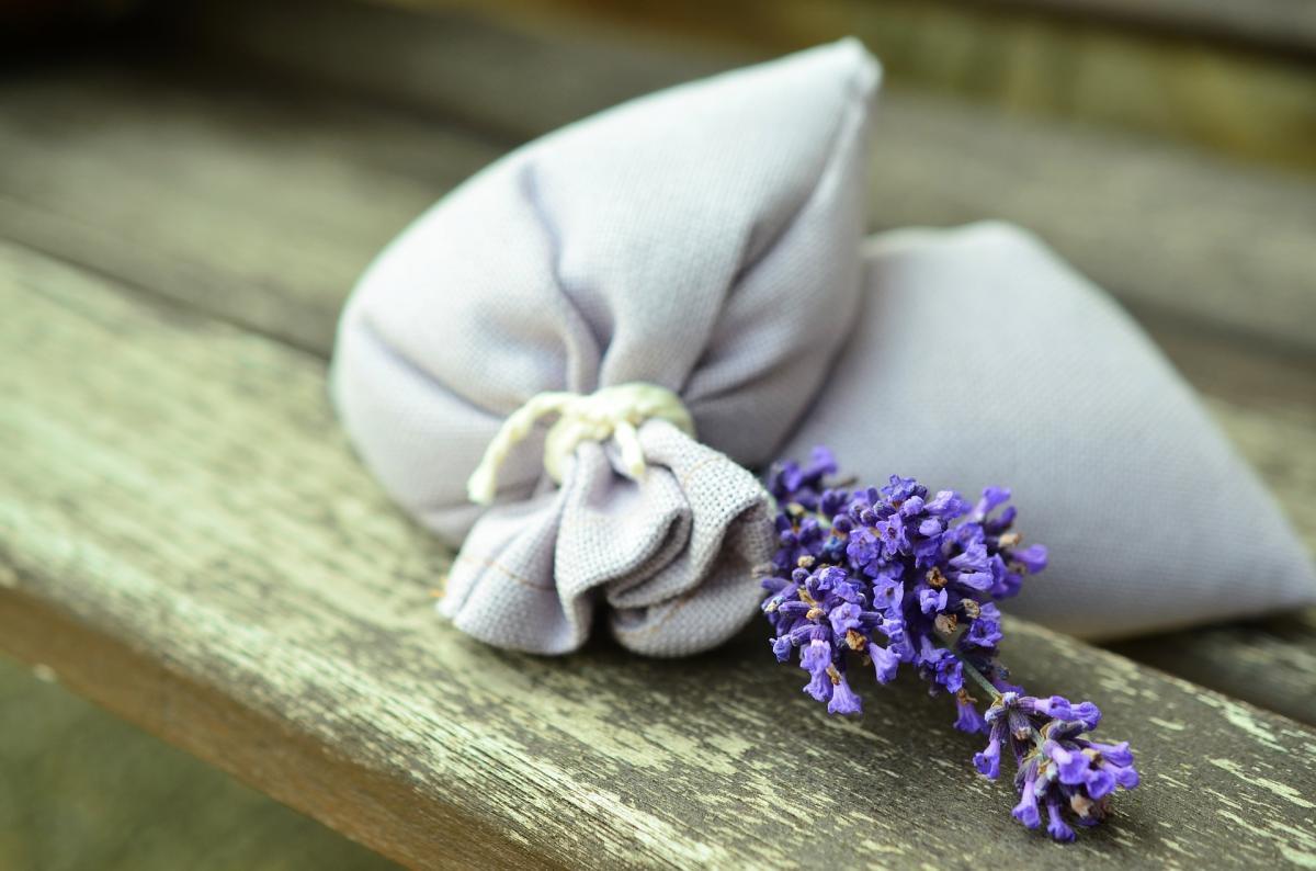 Comment faire des sachets de mouchoir avec de la lavande et des herbes